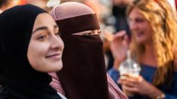 Kelompok Kvinder i Dialog mengadakan demonstrasi menentang denda pertama yang diberikan karena mengenakan cadar di Kopenhagen, Denmark, Jumat (10/8). (Martin Sylvest/Ritzau Scanpix/AFP)