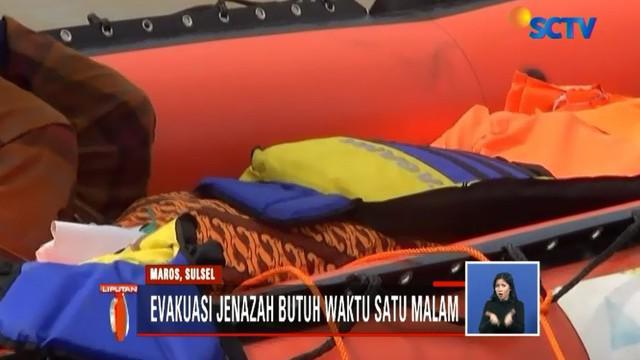 Meski perahu karet BPBD Kabupaten Baru sudah tertambat ke tepian tambak, salah satu kerabat Daeng Manrapi tetap bersiaga di perahu karet menanti mobil ambulans datang.