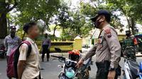 Pelajar di Kebumen yang pasang masker di lampu motor terjaring razia yustisi masker dan protokol kesehatan. (Foto: Liputan6.com/Polres Kebumen)