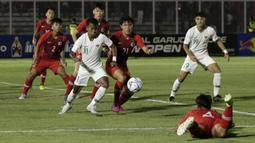 Striker Timnas Indonesia U-19, Mochammad Supriadi, berebut bola dengan pemain Timnas Hong Kong U-19 pada laga Kualifikasi AFC U-19 2020 di Stadion Madya, Senayan, Jumat (8/11). Indonesia U-19 menang 4-0 atas Hong Kong U-19. (Bola.com/Yoppy Renato)