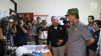Gubernur Bali Made Mangku Pastika mengunjungi Pos Pengamatan Gunung Api Agung di Desa Rendang, Karangasem, Senin (27/11). Gubernur Bali juga meminta warga mengikuti prosedur BPBD dalam menghadapi erupsi Gunung Agung (Liputan6.com/Andi Jatmiko)