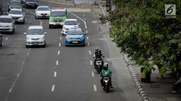 Sejumlah kendaraan bermotor melintas di Jalan MH. Thamrin, Jakarta, Minggu (4/2). Sebelumnya petugas dari Dinas Perhubungan telah melakukan sosialisasi selama 7 hari terkait jalur khusus motor. (Liputan6.com/Faizal Fanani)