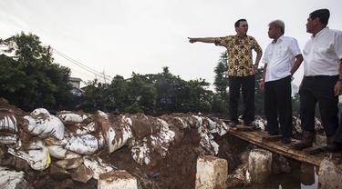 Gubernur DKI Jakarta Basuki Tjahaja Purnama terlihat memberikan arahan saat meninjau pembangunan tanggul Kali Sunter, Kelapa Gading, Jakarta Utara, Kamis (12/2/2015). (Antara Foto/Sigid Kurniawan)