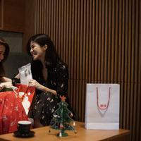 Rahasia Agatha Suci dan Aurelia Carisa Menyambut Natal dan Tahun Baru dengan airism dari Uniqlo. Sumber foto: PR.