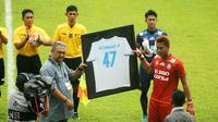 Kurnia Meiga terharu dengan prosesi mengenang mendiang Achmad Kurniawan yang digelar Arema, Kamis (16/2/2017). (Bola.com/Iwan Setiawan)