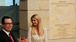 Putri Donald Trump Ivanka Trump didampingi Menteri Keuangan AS, Steve Mnuchin saat peresmian pembukaan kedutaan AS di Yerusalem (14/5). (AP Photo/Sebastian Scheiner)