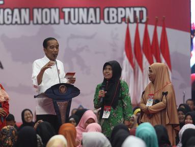 Presiden Joko Widodo  berdialog dengan warga dalam acara penyaluran bantuan sosial Program Keluarga Harapan (PKH) dan Bantuan Pangan Non Tunai (BPNT) tahun 2019 di Cibinong, Bogor, Jumat (22/2). (Liputan6.com/Angga Yuniar)