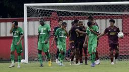 Pemain Bhayangkara FC tampak lesu usai dibobol oleh pemain PSM Makassar, Yakob Sayuri, pada laga uji coba di Stadion PTIK, Jakarta, Rabu, (5/2/2020). Bhayangkara FC takluk 0-1 dari PSM Makassar. (Bola.com/M Iqbal Ichsan)