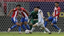 Penyerang Argentina, Lionel Messi mengontrol bola saat melawan Paraguay pertandingan partai matchday 3 Grup A Copa America 2021 di Stadion Nasional di Brasilia, Brasil, Selasa (22/6/2021). Berkat hasil ini, Argentina sementara duduk di puncak klasemen Grup A dengan poin 7. (AP Photo/Eraldo Peres)