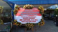 Wali kota Surabaya Eri Cahyadi mengirimkan karangan bunga ke puskesmas dan rumah sakit di Surabaya. (Dian Kurniawan/Liputan6.com)