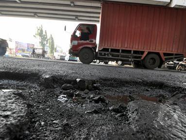 Kondisi jalanan yang rusak di Jalan R.E Martadinata, Jakarta, Senin (16/2/2015). Dinas Bina Marga DKI mengatakan setidaknya 700 titik jalan rusak akibat banjir. (Liputan6.com/Faizal Fanani)