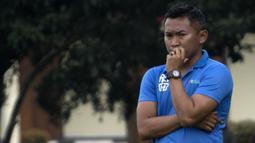 Pelatih PS Tira, Rudy Eka, mengamati anak asuhnya saat melawan Barito Putera pada laga persahabatan di Lapangan Bais, Bogor, Kamis (22/2/2018). PS Tira kalah 1-2 dari Barito Putera. (Bola.com/Asprilla Dwi Adha)