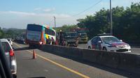 Bus Rosalia Indah menabrak pembatas tol. (Twitter.com/@ang3la)