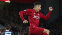 Striker Liverpool, Roberto Firmino berselebrasi usai mencetak gol ke gawang Red Star Belgrade selama pertandingan grup C Liga Champions di stadion Anfield, Inggris (24/10). Liverpool menang telak 4-0 atas Red Star. (AP Photo/Jon Super)