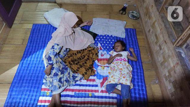Keluarga Hamid Bambang Kusomo (28) saat ditemui di pemukiman mualaf yang berbatasan dengan daerah adat Baduy. Dalam memeluk agama Islam, Hamid tidak sendirian. Ia mengajak istrinya yang berasal dari kampung adat Baduy Dalam secara perlahan untuk memeluk Islam. (Liputan6.com/Herman Zakharia)
