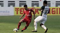 Bek Persija Jakarta, Ismed Sofyan, berusaha melewati gelandang PS Tira, Wawan Febriyanto, pada laga Liga 1 di Stadion Wibawa Mukti, Jawa Barat, Sabtu (10/11). Kedua klub bermain imbang 0-0. (Bola.com/Yoppy Renato)