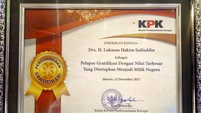 Piagam Menag Lukman dari KPK sebagai pelapor gratifikasi. (Istimewa)