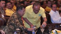 Wapres Jusuf Kalla (kiri) dan Ketua umum Partai Golkar, Aburizal Bakrie saat menghadiri penutupan Rapimnas Partai Golkar 2016, Jakarta, Senin (25/1/2016). Salah satu hasil Rapimnas adalah akan diselenggarakannya Munaslub 2016 (Liputan6.com/Angga Yuniar)