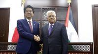 PM Jepang Shinzo Abe dan Presiden Palestina Mahmoud Abbas (AP Photo/Majdi Mohammed, Pool)