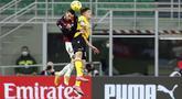 Bek AC Milan,  Theo Hernandez (kiri) berebut bola udara dengan gelandang Udinese, Rodrigo De Paul pada pertandigan lanjutan Liga Serie A Italia di stadion San Siro, di Milan, Italia, Kamis (4/3/2021). AC Milan bermain imbang atas Udinese 1-1. (AP Photo/Antonio Calanni)