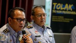 Kabag Humas Imigrasi Agung Sampurno memberikan penjelasan terkait deposit Rp 25 juta bagi pemohon paspor, di Jakarta, Senin (20/3). Kebijakan tersebut dihapus oleh imigrasi karena menimbulkan tren negatif di masyarakat. (Liputan6.com/Faizal Fanani)