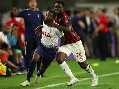 Gelandang AC Milan Franck Kessie berusaha menghalau laju pemain Tottenham Hotspur Georges-Kevin Nkoudou saat bertanding pada International Champions Cup di Minneapolis (31/7). Tottenham menang 1-0 atas Milan berkat gol Nkoudou. (AP Photo/Jeff Wheeler)