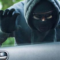 Ilustrasi maling sedang mengintai sebuah mobil. (snopes.com)
