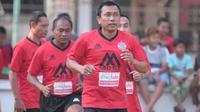 Widodo Cahyono Putro memimpin rekan-rekannya di tim Persija Jakarta Glory 2001. (Bola.com/Vincentius Atmaja)