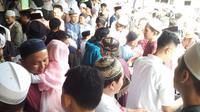 Warga Majalengka yang tergabung dalam Jamaah Ukhuwah Islamiyah memilih merayakan lebaran lebih awal dari ketentuan pemerintah. Foto (Liputan6.com / Panji Prayitno)