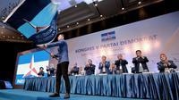 Ketum Partai Demokrat, Agus Harimurti Yudhoyono (AHY) saat mengibarkan  bendera Partai Demokrat usai terpilih secara aklamasi dalam Kongres V Partai Demokrat di JCC, Jakarta, Minggu (15/3/2020). AHY menggantikan Susilo Bambang Yudhoyono menjadi ketum partai. (Liputan6.com/Dok Partai Demokrat)