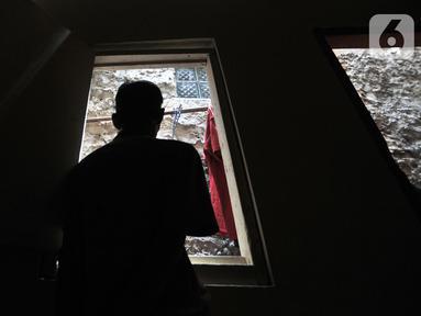Kudus (59) saat ditemui di kediamannya di kawasan Kalianyar, Tambora, Jakarta, Minggu (3/11/2019). Hampir 15 tahun pria yang berprofesi sebagai pekerja serabutan tersebut hidup tanpa listrik. (merdeka.com/Iqbal Nugroho)