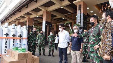 KSAD Jenderal TNI Andika Perkasa menerima bantuan 380 tabung oksigen dari Kaadin
