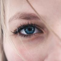 Ternyata, mengaplikasikan krim mata memiliki aturannya sendiri. Simak di sini waktu terbaik untuk mengaplikasikan krim mata. (Foto: unsplash)