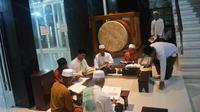 Pembaca menikmati buku di Masjid Quba, Kecamatan Bangil, Kabupaten Pasuruan, Jawa Timur. (Foto: Erri Kartika/Jawa Pos Radar Bromo)