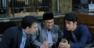 Syuting film Rudy Habibie sempat berhenti lantaran pemeran utamanya, Reza Rahadian sakit dan beberapa hari menjalani perawatan di rumah sakit. (Adrian Putra/Bintang.com)
