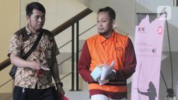 Direktur PT Navy Arsa Sejahtera, Mujib Mustofa (kanan) berjalan keluar usai menjalani pemeriksaan oleh penyidik di Gedung KPK, Jakarta, Jumat (22/11/2019). Mujib diperiksa sebagai tersangka dalam kasus suap kuota impor ikan tahun 2019. (merdeka.com/Dwi Narwoko)