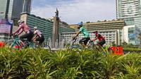 Sejumlah pesepeda meintas di kawasan Bundaran HI, Jakarta, Minggu (3/01/2021). Selama pandemi, aktivitas bersepeda sangat digemari sebagai alternatif berolahraga. (Liputan6.com/Herman Zakharia)