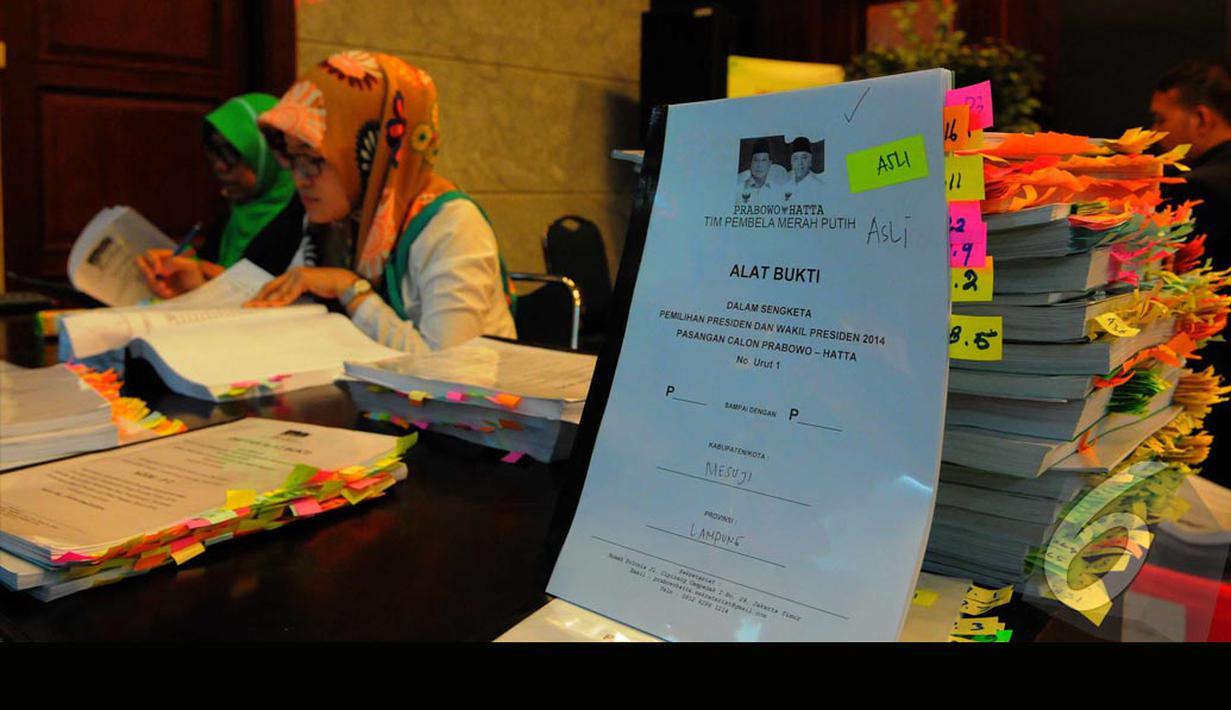 Tim Prabowo-Hatta menyerahkan bukti berkas gugatan ke Mahkamah Konsitusi (MK) (Liputan6.com/Andrian M Tunay)