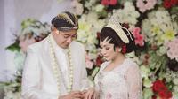 Tata Janeeta dan suami baru. (Foto: Instagram @tatajaneetaofficial)