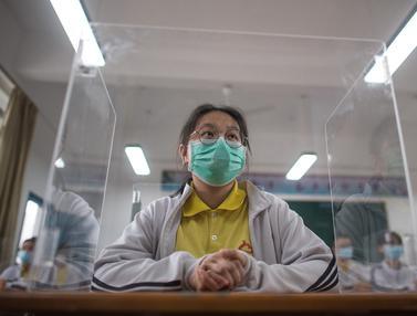 FOTO: Kembali Bersekolah, Pelajar Wuhan Gunakan Pembatas Saat Belajar