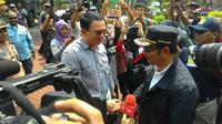 Ahok menyambut Walikota Bandung Ridwan Kamil di Mapolda Metro Jaya. (Liputan6.com/ Ahmad Romadoni)