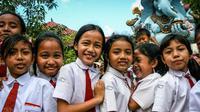Simak warna-warna seragam sekolah anak-anak di berbagai belahan dunia. Foto: Brightside.me