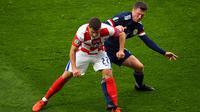Striker Skotlandia Callum McGregor (belakang( mencoba rebut bola dari pemain Kroasia (AFP)