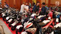 Pengunjung melihat sepeda motor dalam ajang Lelang Expo 2017 di Jakarta Convention Center, Jumat (22/9). Sejumlah barang seperti mobil, sepeda motor dari balai lelang ikut meramaikan pameran lelang terbesar di Indonesia ini. (Liputan6.com/Angga Yuniar)