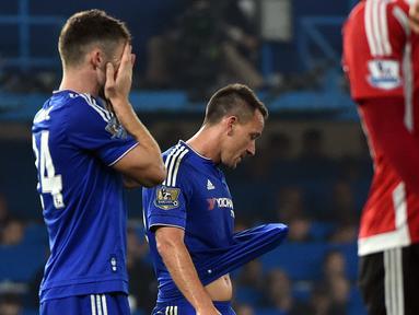 Kapten Chelsea John Terry dan rekannya Gary Cahill tertunduk lesu usai kalah dari Southampton pada lanjutan Liga Premier Inggris di Stamford Bridge, Sabtu (3/10/2015). Chelsea kalah 1-3. EPA/Will Oliver