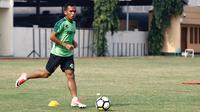 Irfan Jaya akhirnya kembali berlatih bersama Persebaya Surabaya di Stadion Jengolo, Sidoarjo, Rabu (27/2/2019). (Bola.com/Aditya Wany)