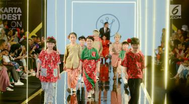 Sejumlah model anak membawakan busana rancangan desainer Three Little Ahmadspada Jakarta Modest Fashion Week (JMFW) di Gandaria City, Jakarta, Sabtu (29/7). Untuk keempat kalinya JMFW digelar di Jakarta pada 26-29 Juli 2018. (Kapanlagi/Bayu Herdianto)