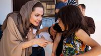 Angelina Jolie mengujungi pengungsi Suriah di Lebanon pada 2012. (Foto oleh: J. Tanner via Facebook resmi UNHCR -  https://web.facebook.com/UNHCR/photos/a.113847718437/10151428672953438)