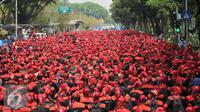 Ribuan buruh berjalan menuju bundaran Istana Merdeka,  Jakarta, Jumat (30/10/2015). Buruh menuntut agar Presiden Joko Widodo mencabut Peraturan Pemerintah Nomor 78 Tahun 2015 tentang Pengupahan. (Liputan6.com/Gempur M Surya)
