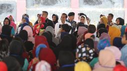 Presiden Joko Widodo bersama Ibu Negara Iriana menemui ibu-ibu penerima program Membina Keluarga Sejahtera (Mekaar) di Garut, Jawa Barat, Jumat (18/1). Penerima program Mekaar di Kabupaten Garut sudah mencapai 87.000 orang. (Liputan6.com/Angga Yuniar)